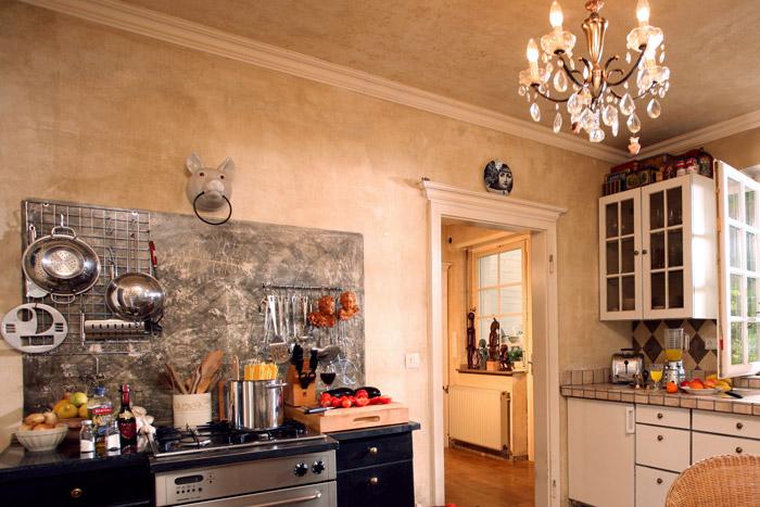 Küche mit vielen Gegenständen dekoriert