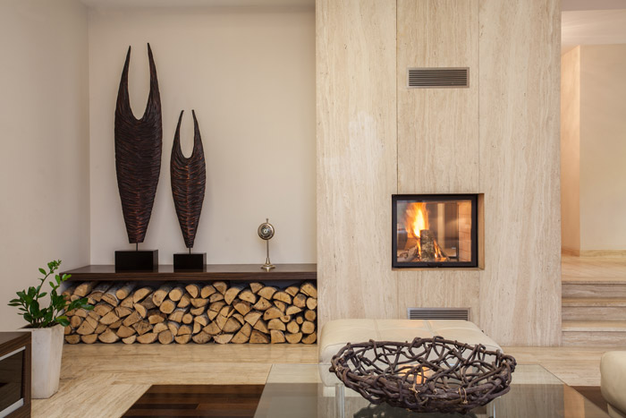 Nische mit Holz für den Kamin