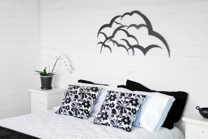 Schwalben als schwarz-weiße Wanddekoration
