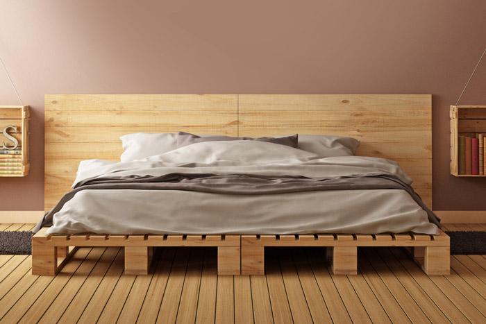 Unbehandeltes Holz hinter dem Bett