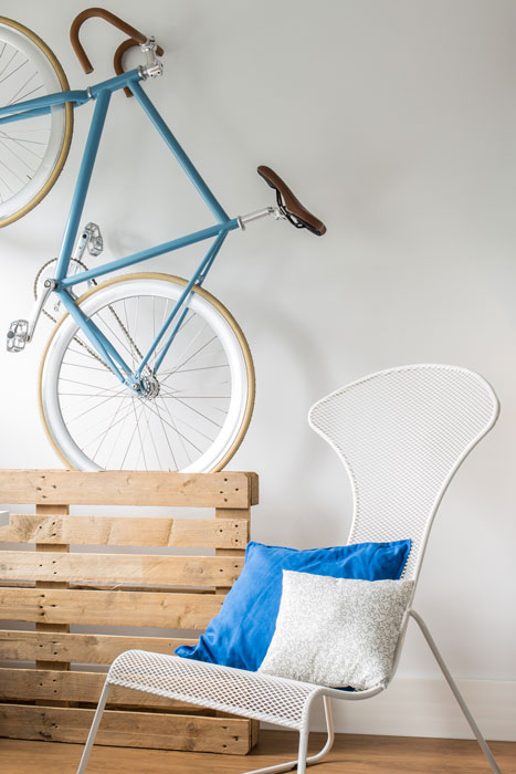 Fahrrad vertikal an der Wand