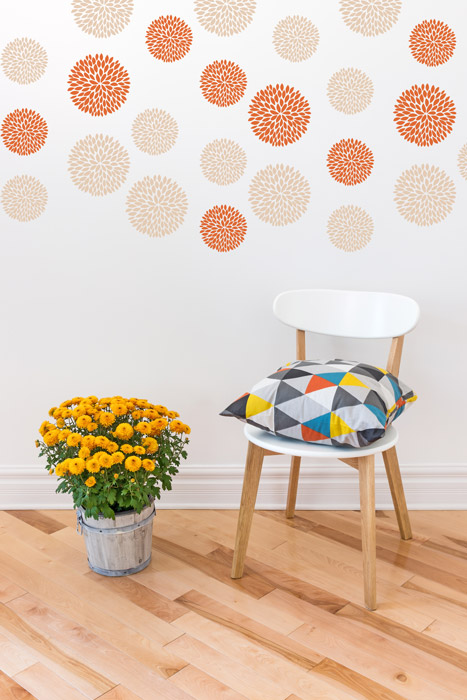 Buntes Blütenmuster an der Wand