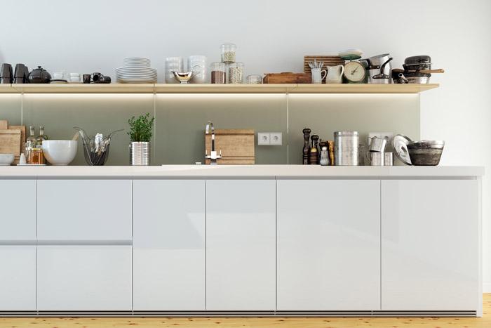 Dekoratives Küchenregal mit vielen Gegenständen