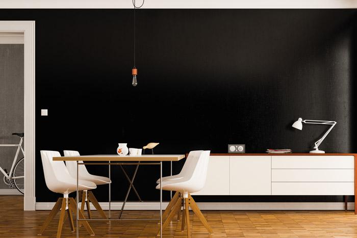 Komplett schwarze Wand im Wohnbereich