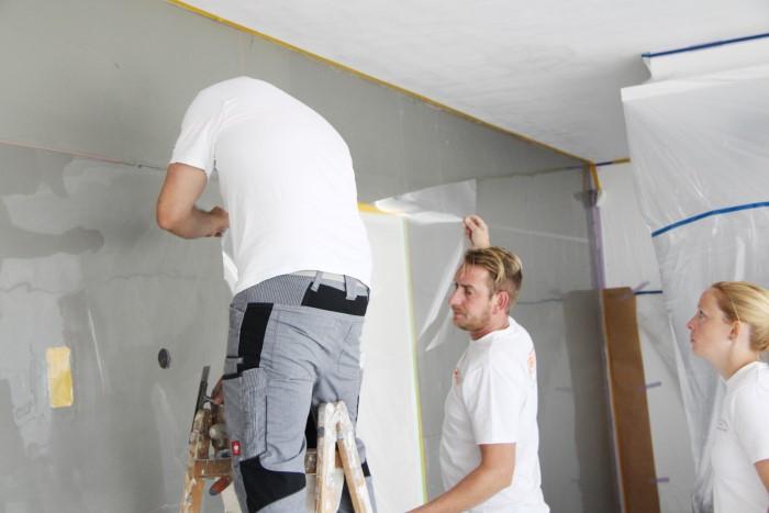 Mehrere Personen helfen bei der Betonwandoptik