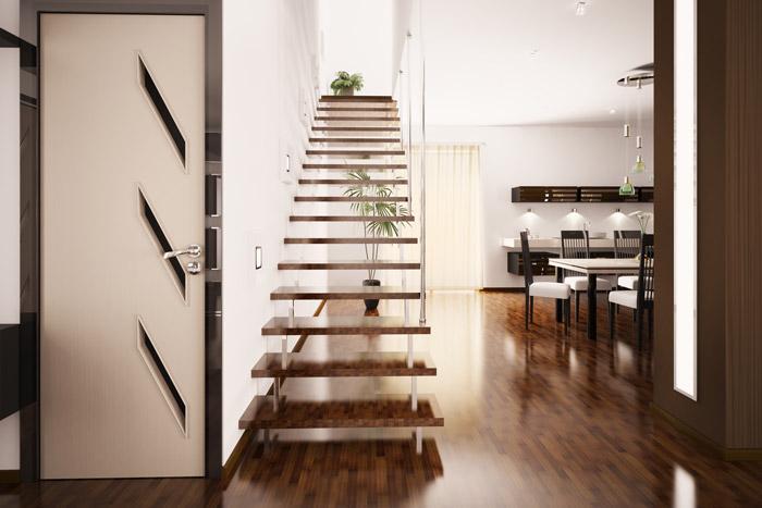 Offene untere Etage mit Essbereich und Treppe