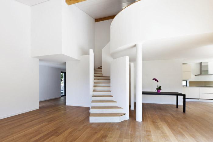 Offene untere Etage mit Treppenaufgang
