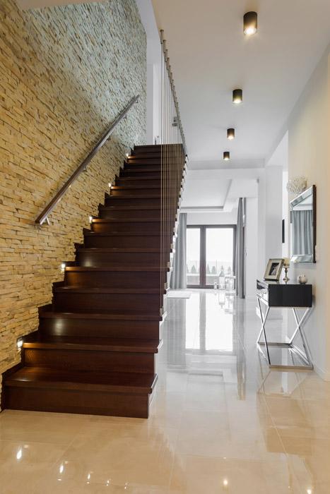Offener Treppenaufgang mit Stahlseilkonstruktion
