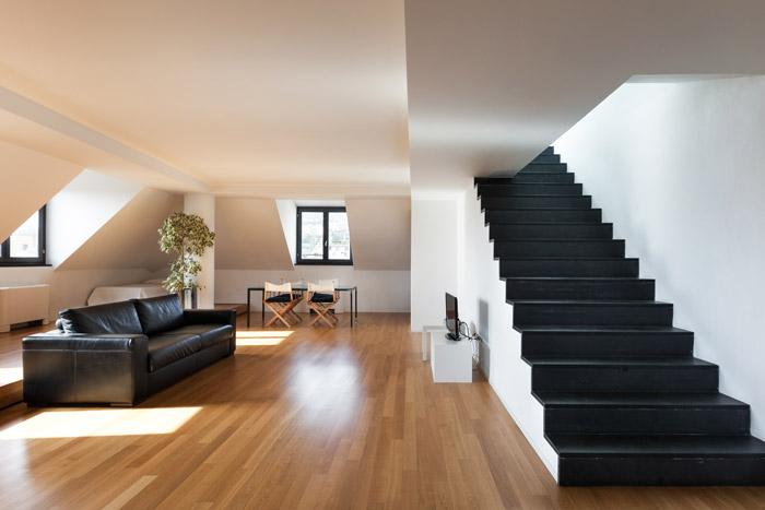 Offener Ess- Wohnbereich mit Treppenaufgang
