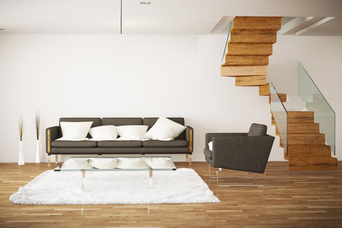 Offener Wohnbereich mit Treppe mit Glasgeländer
