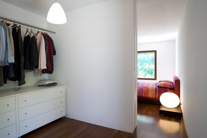 Offenes Schlafzimmer mit begehbarem Kleiderschrank